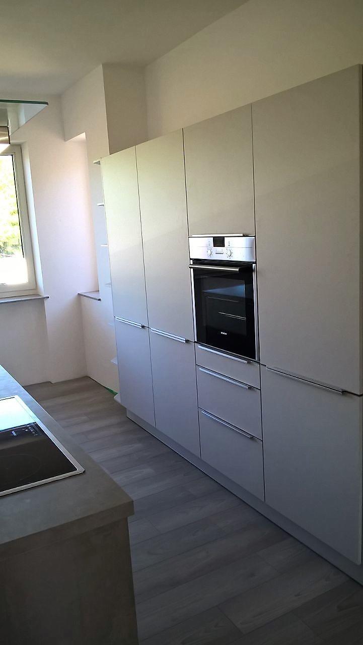 ein großer Haushalt im Einfamilienhaus mit offener Küche