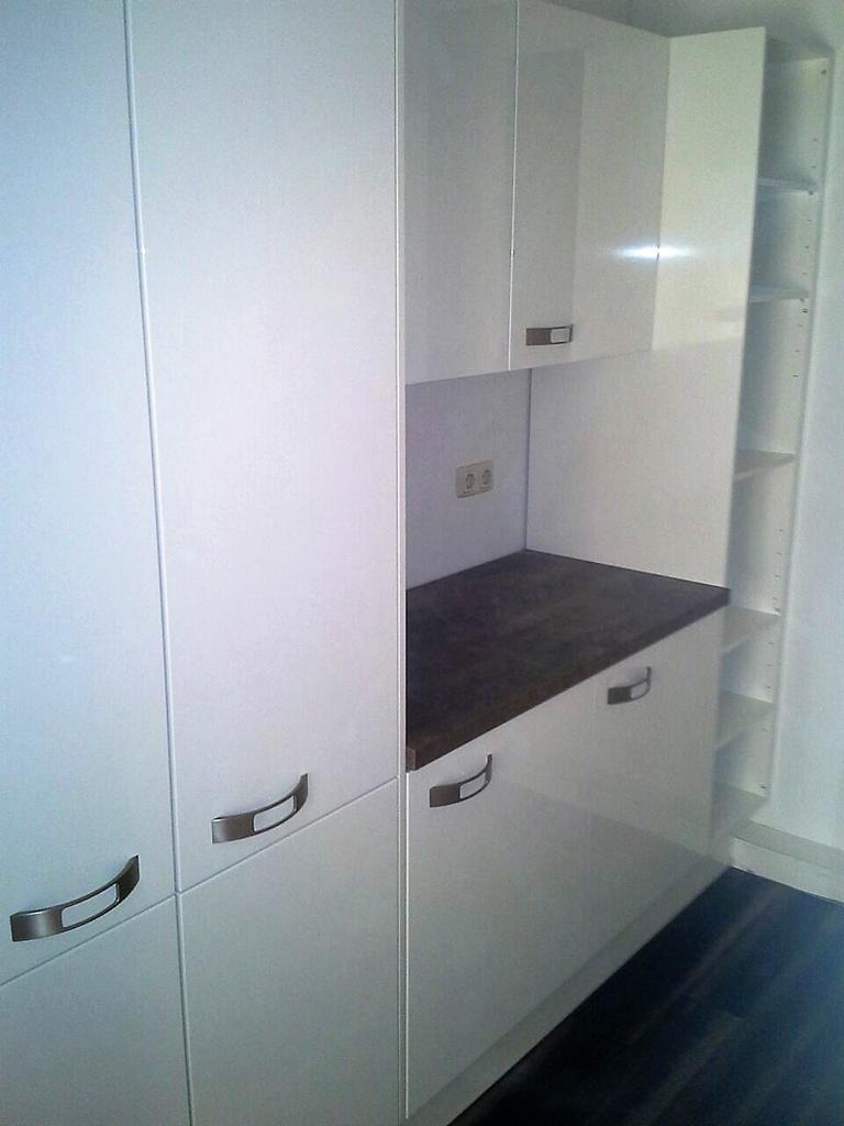 Küche komplettiert durch den Hausarbeitsraum in Hochglanz