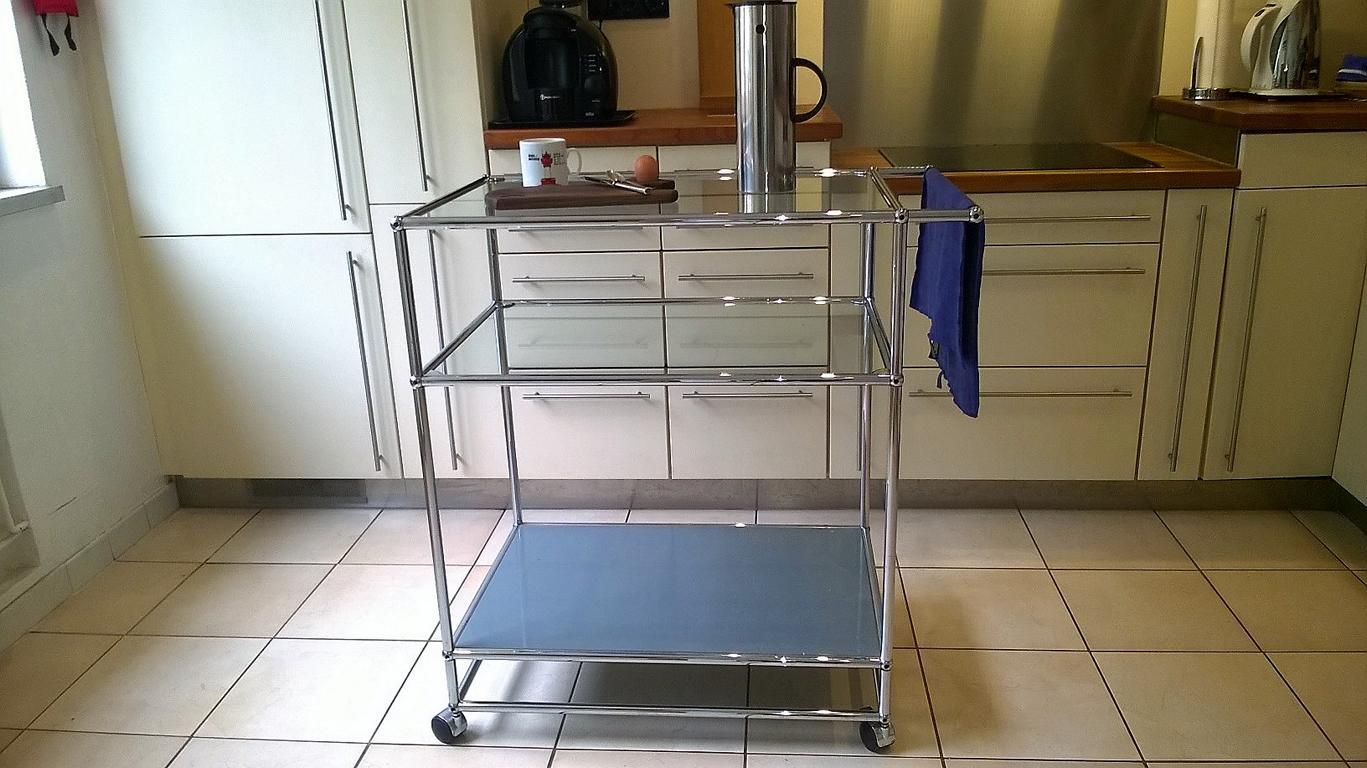 Sie können auch einen Küchenwagen genau nach Mass erhalten, fahrbar, sehr praktisch und eine willkommene Erweiterung der Arbeitsfläche!