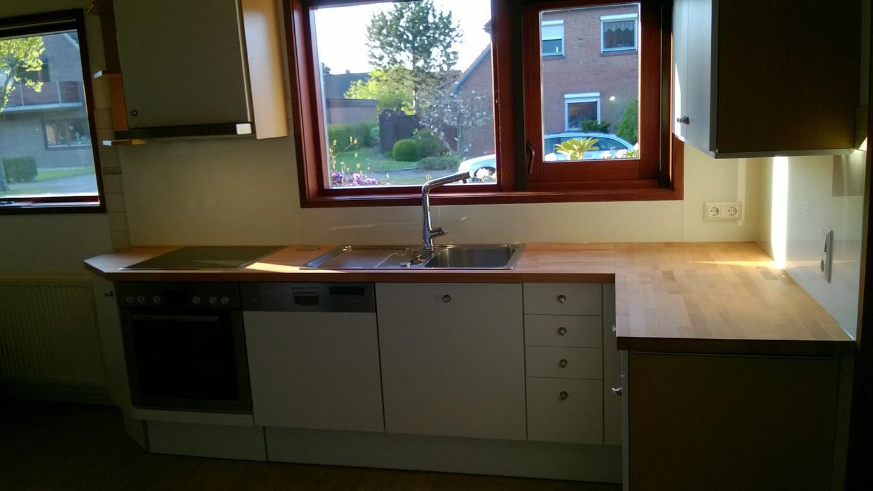 eine ZEYKO-Küche mit neuen Fronten modernisiert und einer BERBEL-Haube