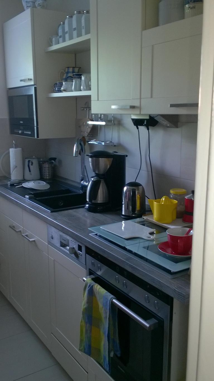 eine sehr gut erhaltene Küche wurde umgebaut und verändert an neuer Stelle eingebaut