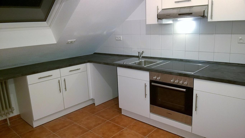 ganz dicht unter der Dachschräge die Küche