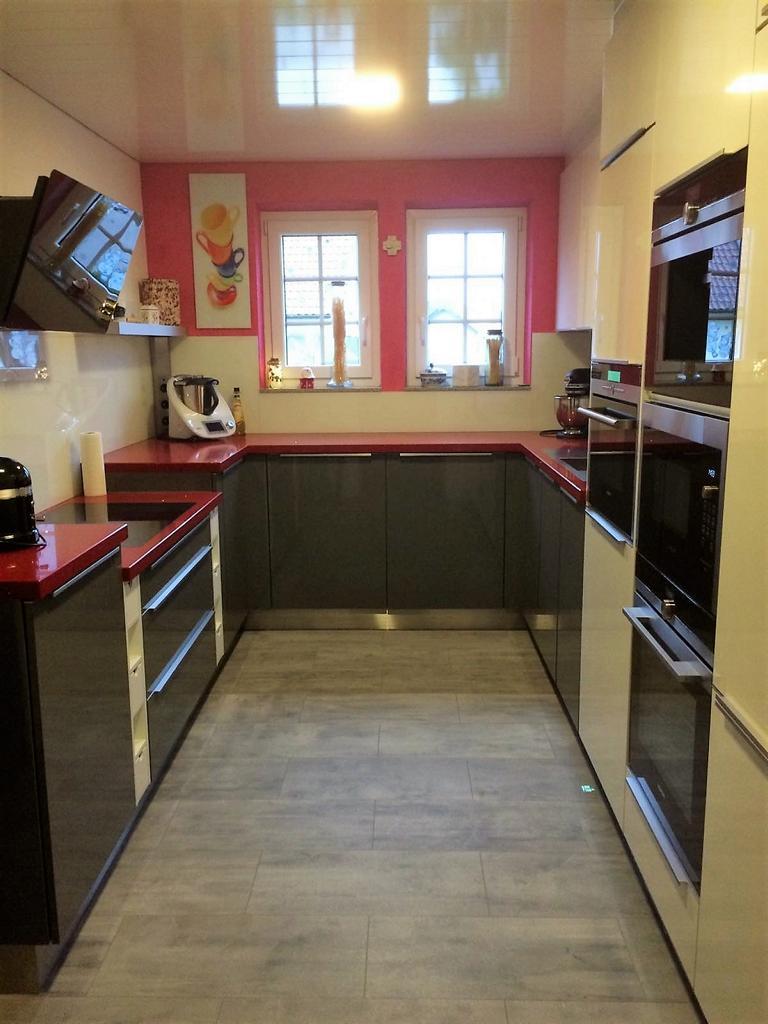 eine zweifarbige U-Küche