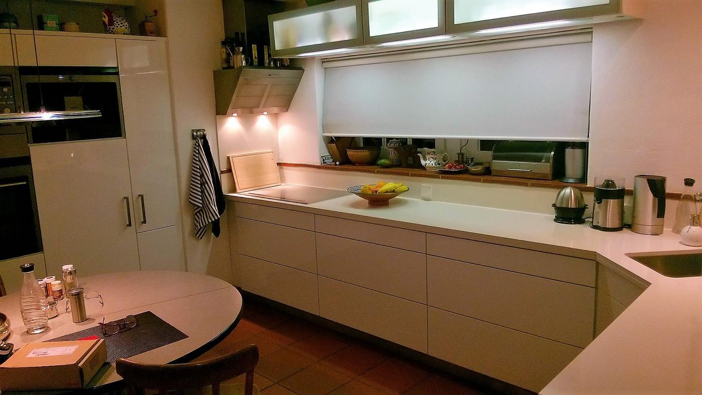 grifflose Küche mit selbst öfnenden Auszügen in einem Reetdachhaus