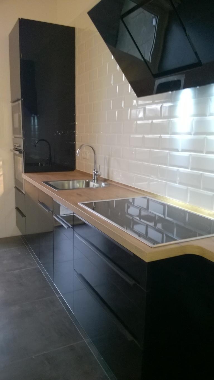 Küchenzeile in LACK - Schwarz mit Qualitätsgeräten: Mikrowelle, Backofen, Geschirrspüler, Dunstabzugshaube und großem Induktionskochfeld. Preis nur € 5.000,-