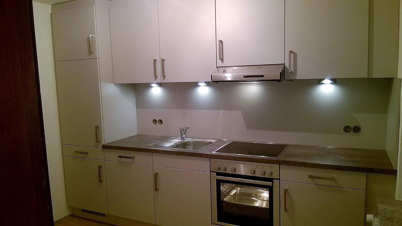 Weiße Hochglanzküche in einer Mietwohnung in Lack